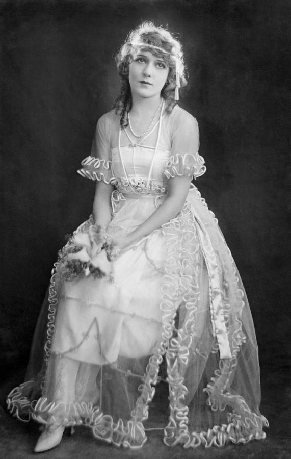 mary-pickford-in-her-wedding-dress-1920-everett